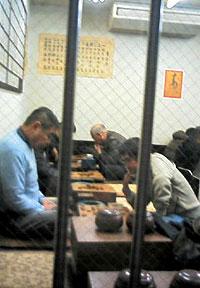 ジャンジャン横丁で将棋に興じる人々