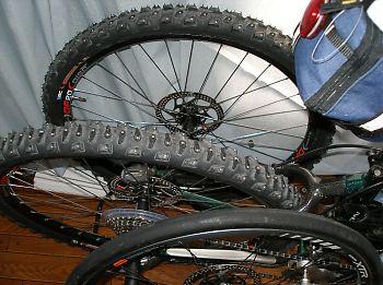 MTB用スパイクタイヤとロード用タイヤ