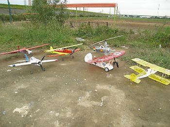 クラブ仲間の電動飛行機。1人でこんなに持ってくるの!
