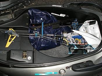 シート下のラゲージボックス(40L)にV2が余裕で入りました。