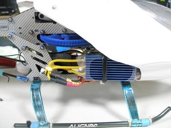 ヒートシンク自体の厚さが8mmあるのでそのままキャノピーを付けることは出来ないため大きくカット。