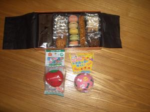 お菓子とおもちゃ1