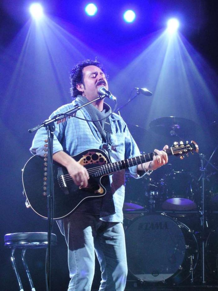 Steve_Lukather_with_guitar,_singing_convert_20090521163133