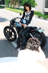 かわいいおね~さんとフレークスのバイクとカメラマンを撮ってみた