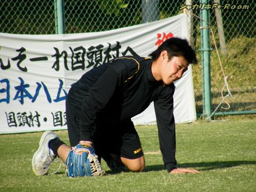 慣れない左投げでのキャッチボールで、心が折れそうになってる(?)松山キュン。