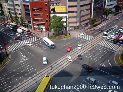 水道町交差点の様子、バスが最左車線から直接右折しています。