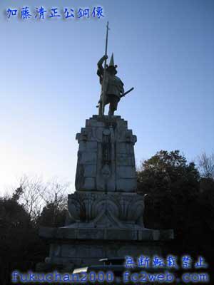 加藤清正公銅像。熊本市内を眺めるように立っています。