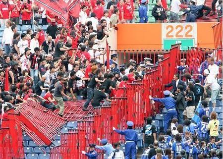 試合後、G大阪サポーター(右)と浦和サポーター(左)が小競り合い。緩衝地帯のフェンスが倒される騒ぎになった