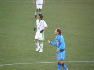 中田洋介選手と湘南の加藤望選手