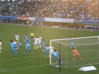 必死の守りで湘南の猛攻撃を防ぐ横浜FC