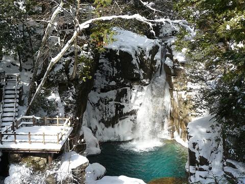 神秘的な竜神の滝