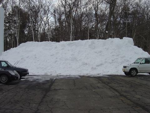 駐車場の雪山(2009.02.11)