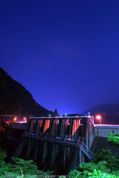 夜間の城山ダム。