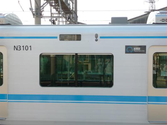 「鶴舞線」と細くなった車両番号。LEDはフルカラーです(T)
