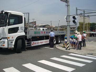 トラック巻き込み事故