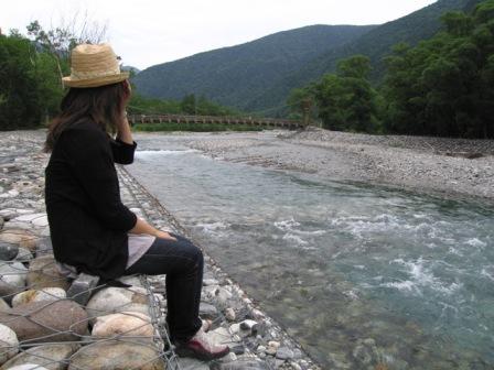 梓川を眺める