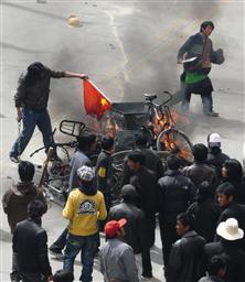 チベット自治区ラサで中国国旗を燃やす抗議デモ参加者