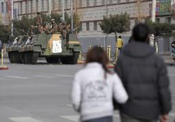 中国チベット自治区ラサで16日、道路を占拠する装甲車両