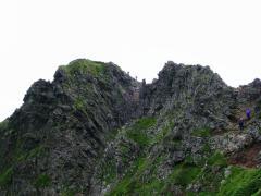 横岳からのこの岩稜を下ってきました
