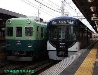 京阪電車 赤い鳥居が目印です 3