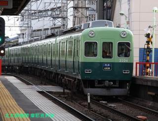 京阪電車 赤い鳥居が目印です 6