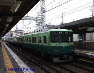 京阪電車 赤い鳥居が目印です 9