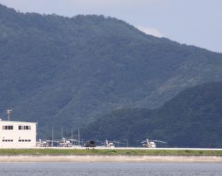舞鶴基地上空をゆくヘリコプターたちの姿 1