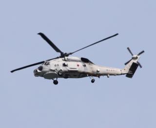 舞鶴基地上空をゆくヘリコプターたちの姿 4