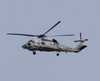 舞鶴基地上空をゆくヘリコプターたちの姿 5