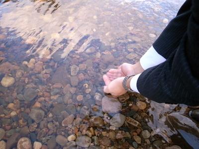 川の水はひんやりと気持ちいい