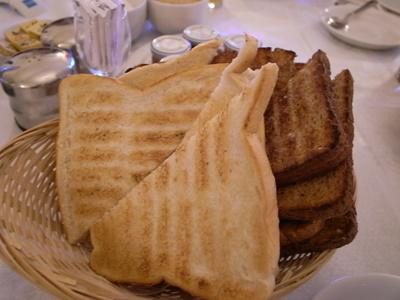 トーストは薄めに切るのが流儀らしい