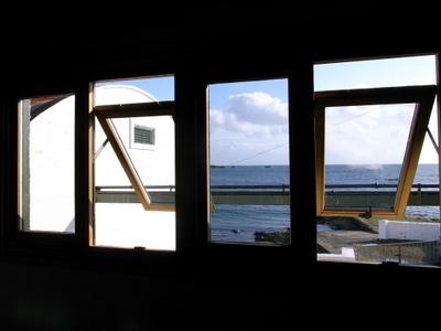窓の外は海