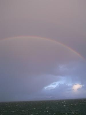 海の上に虹が