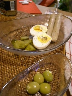 おなじみゆで卵とピクルス&オリーブ