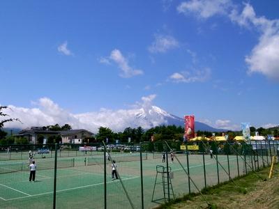 テニスコートから富士を望む