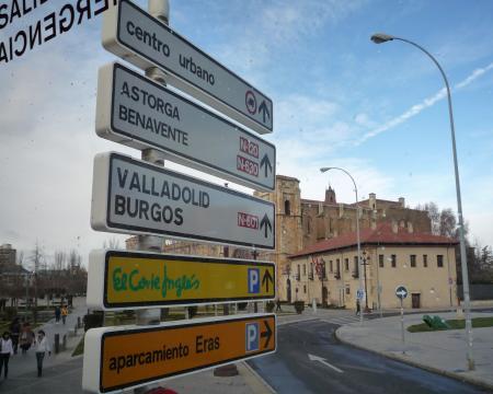 サンマルコス前のアストルガへの道標20090315143930