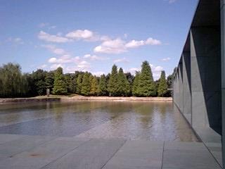 豊田市美術館池越し北091010_1210~0001