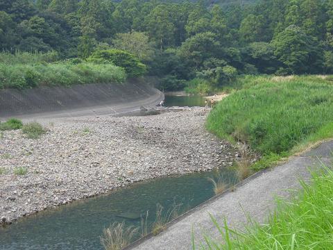 川原で水遊び