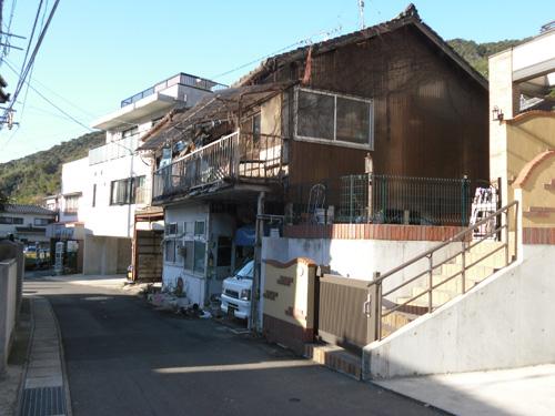 壊れそうな家。