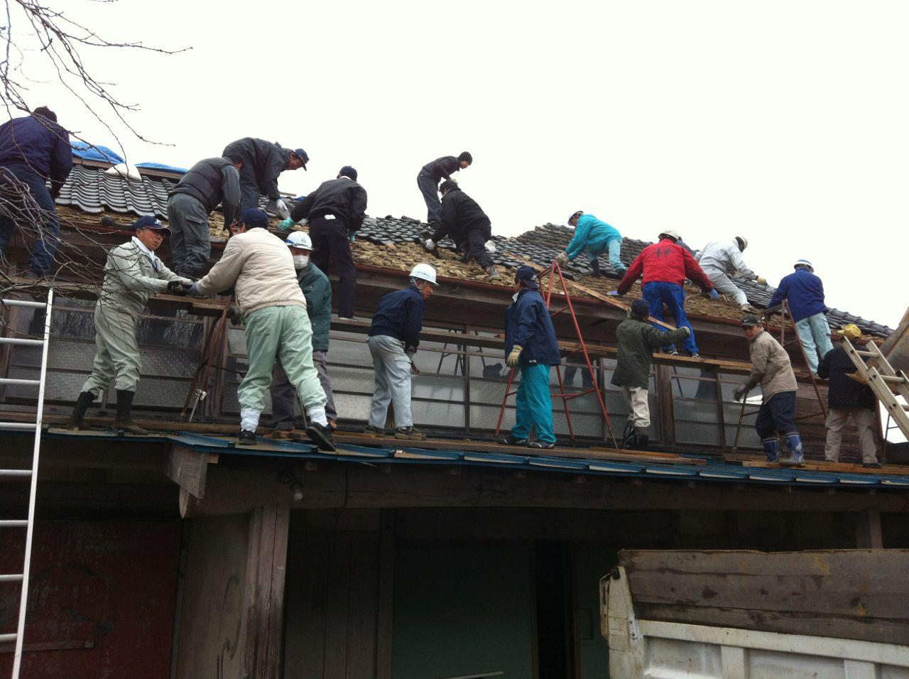屋根瓦撤去作業