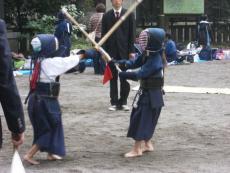 当社の剣道大会は、地面の上で直接裸足で行う大会です。