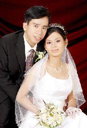 グエン・ドクさん(左)と婚約者のグエン・ティ・タイン・テュエンさん(共同)
