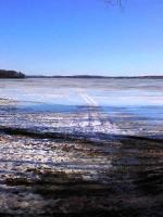 湖の氷上に轍があって、歩けるのかいなと思ったら、