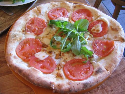 岩塩とトマトとモッツァレラチーズのピザ