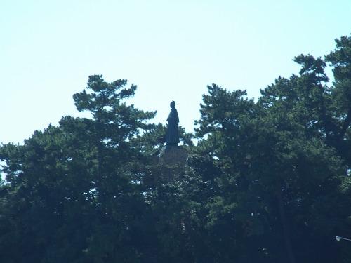 海から見た龍馬像