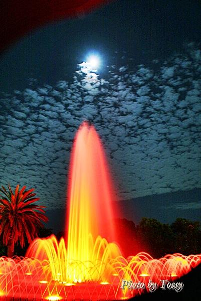 赤い噴水と月