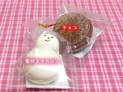 Patisserie HUIT 雪だるマカロン、チョコマカロン158円