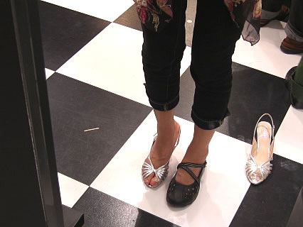 仙台泉プレミアム・アウトレット 靴を試着する干物女