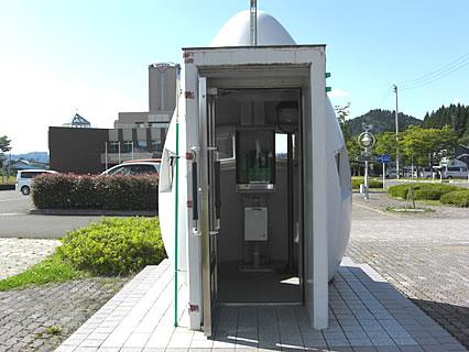 比内総合支所前のコケコッコ通り近くの電話ボックスの中