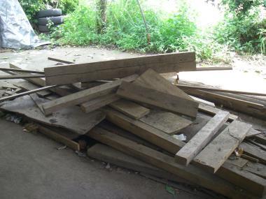 080710庭の木材